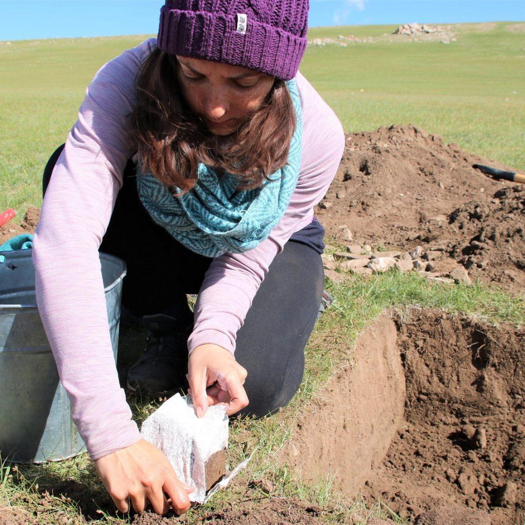 Picture of Natalia Egüez extracting soil